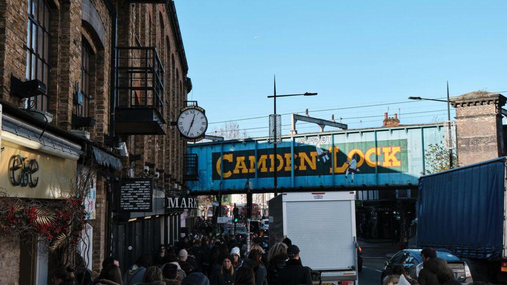 Londen wil de laagste CO2-uitstoot van Europa realiseren. In deze editie bezoeken we de duurzaamste wijk van Londen, Camden Town.