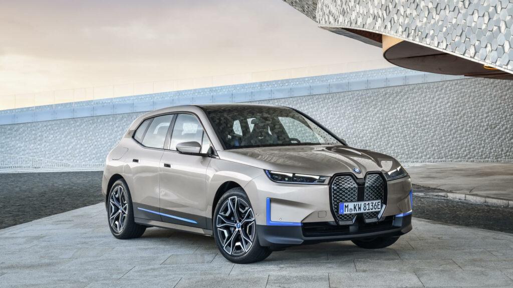 voorzijde elektrische BMW iX