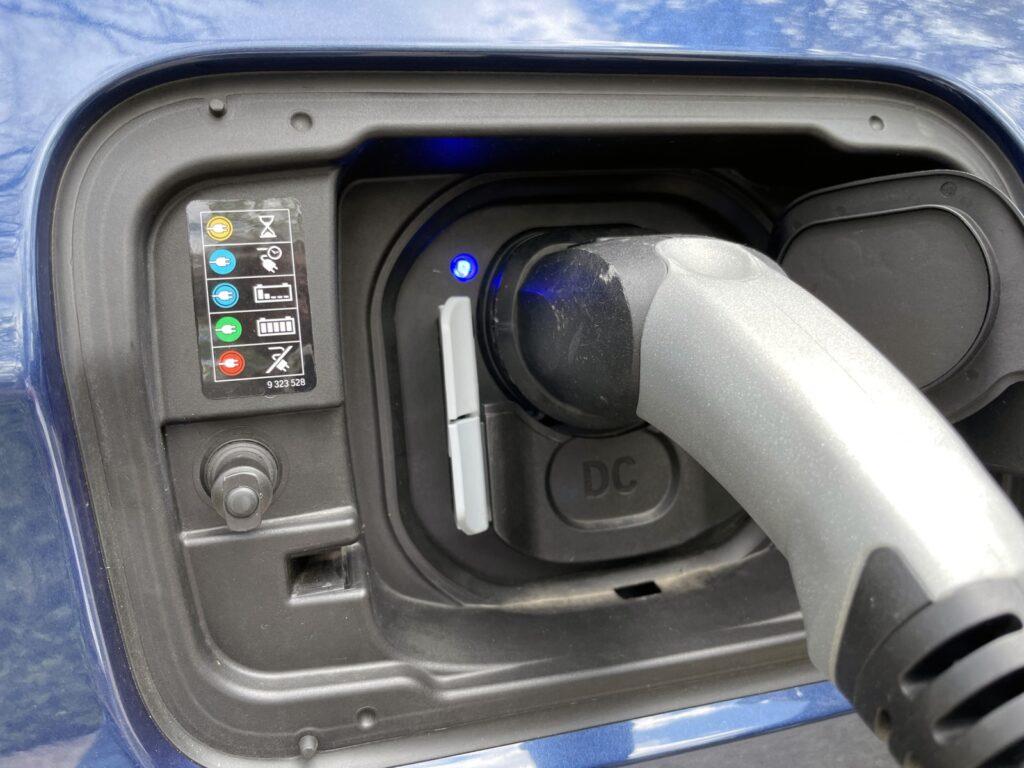 BMW iX3 opladen laadpoort